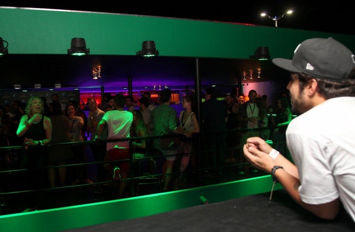 15.set.2013 - Em camarotes diferentes, Caio Castro e Marília Gabriela conversam entre si na base do grito e da mímica