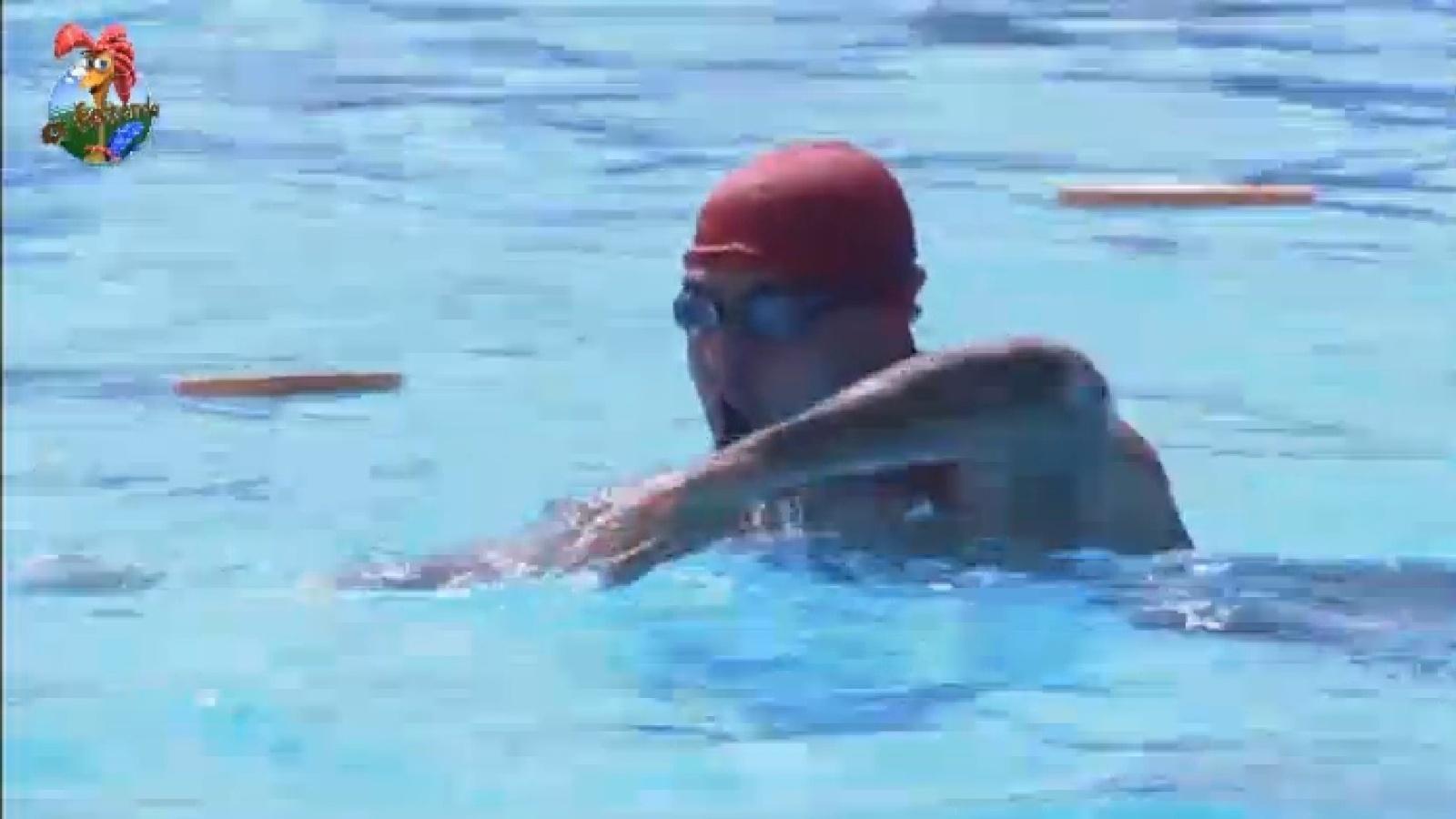 15.set.2013 - Mateus Verdelho participa de atividade na piscina