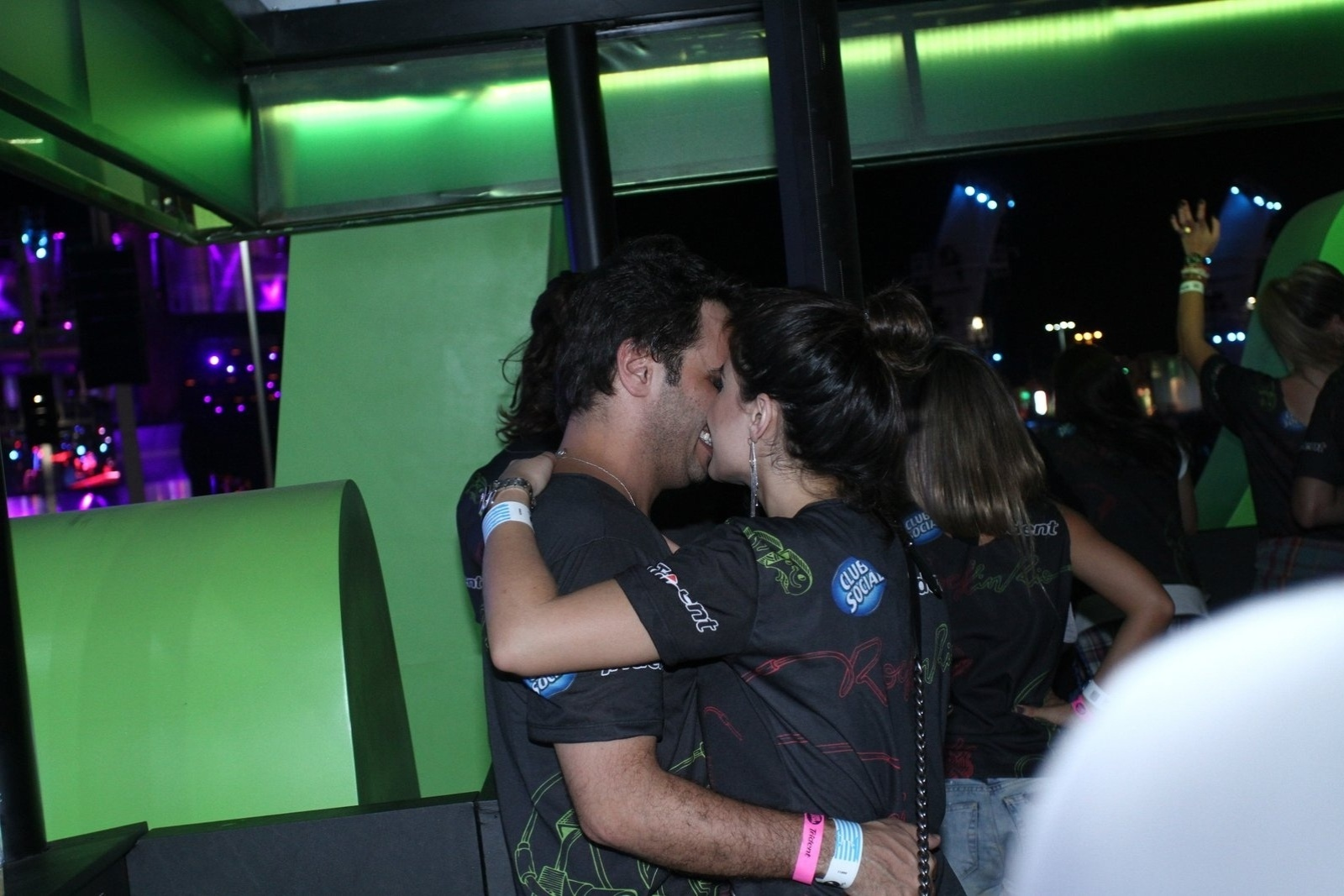 15.set.2013 - Vanessa Giácomo beija o namorado, Giuseppe Dioguardi, em camarote do Rock in Rio. A atriz de