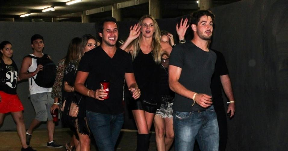 15.set.2013 - Alexandre Pato deixa o show de Beyoncé com amigo e muitas mulheres. Entre elas, a sua nova namorada, a mineira Sophia Mattar