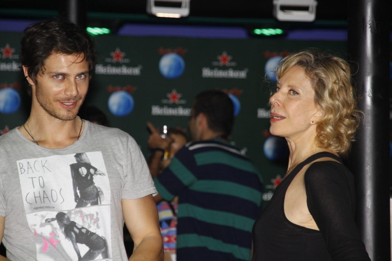 15.set.2013 - No camarote VIP, Marília Gabriela engatou um papo com o ator André Bankoff, intérprete de Pedro em