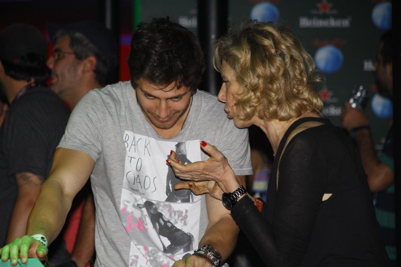 15.set.2013 - Marília Gabriela engatou um papo com o ator André Bankoff, que atualmente interpreta Pedro em