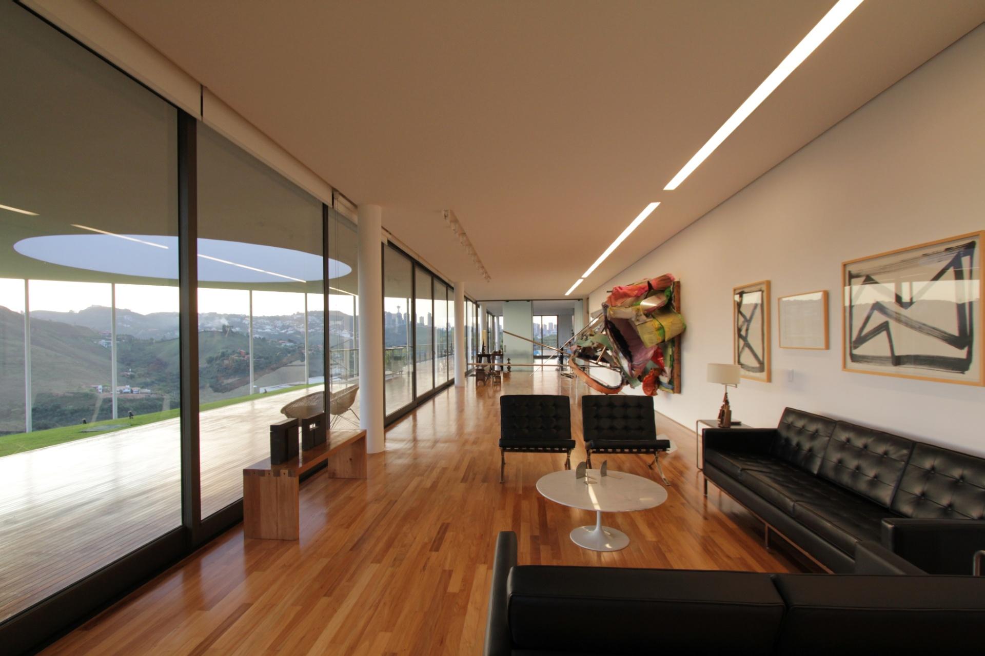 Ao observar o alongado salão social para exibição de obras de arte, fica mais clara a proposta arquitetônica que pretende hibridizar as funções