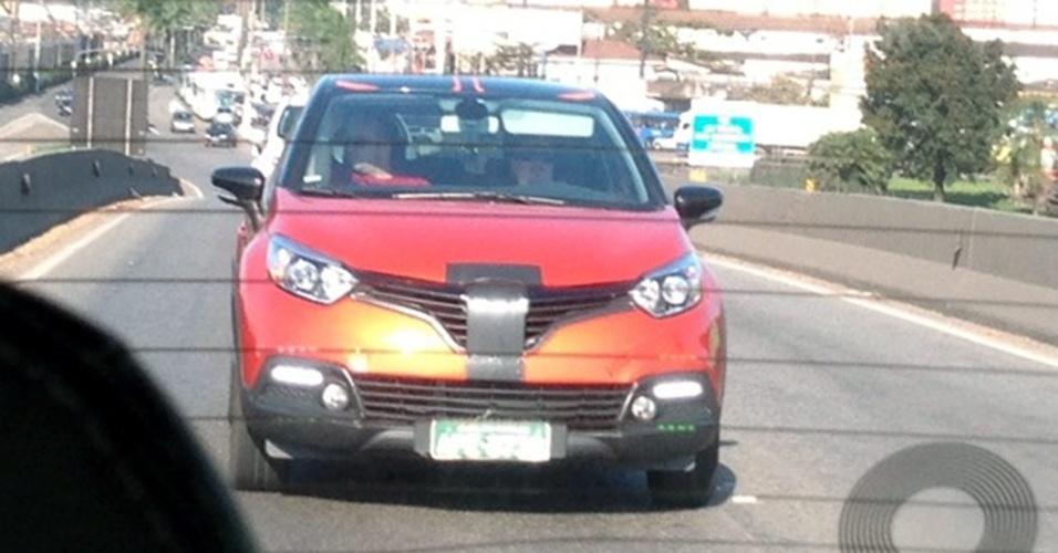 Renault Captur, suvinho fabricado sobre a plataforma do Clio 4 europeu, é visto em testes, quase sem camuflagem, na Rodovia Anchieta, próximo à saída de Santos (SP)