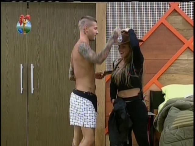 17.set.2013 - Mateus entregou chapéu de Fazendeiro para Denise Rocha