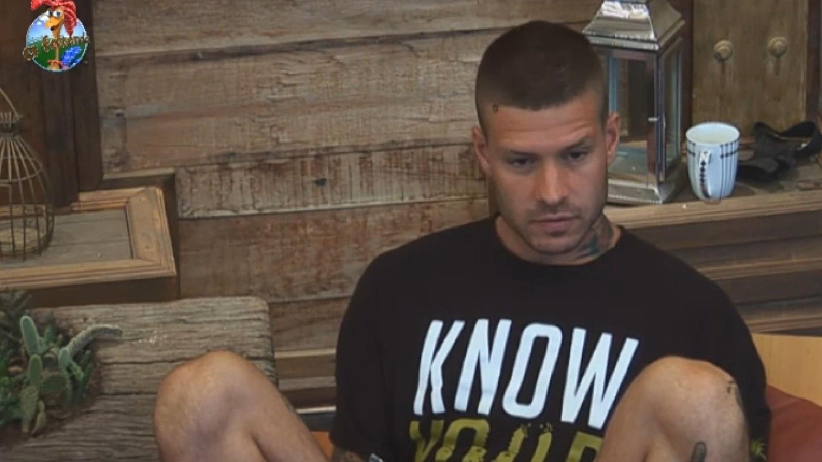 17.set.2013 - Mateus Verdelho conversa com  namorada antes de descer para cuidar dos animais