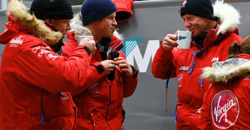 17.set.2013 - Príncipe Harry come um biscoito e conversa com os colegas após ficar 20 horas em uma câmara fria, com temperaturas de até 40 graus abaixo de zero, como parte do exercício de treinamento para expedição que fará para o Pólo Sul