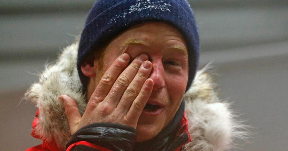 17.set.2013 - Príncipe Harry esfrega o olho após após ficar 20 horas em uma câmara fria como parte do exercício de treinamento para expedição que fará para o Pólo Sul