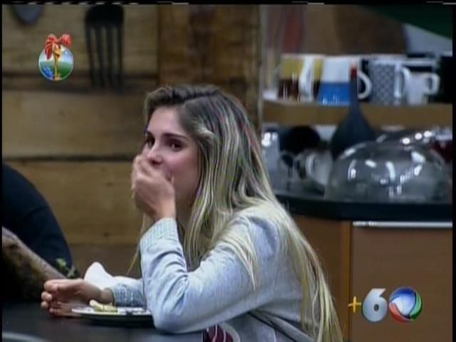 17.set.2013 - Bárbara ri de imitação de Mateus sobre Andressa