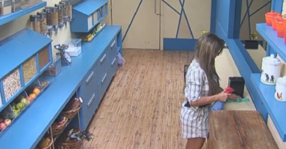 18.set.2013 - Enquanto peões dormem, Denise limpa a despensa
