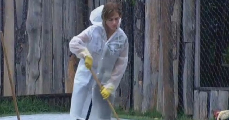 18.set.2013 - Fazendeira da semana, denise Rocha limpa lago das aves