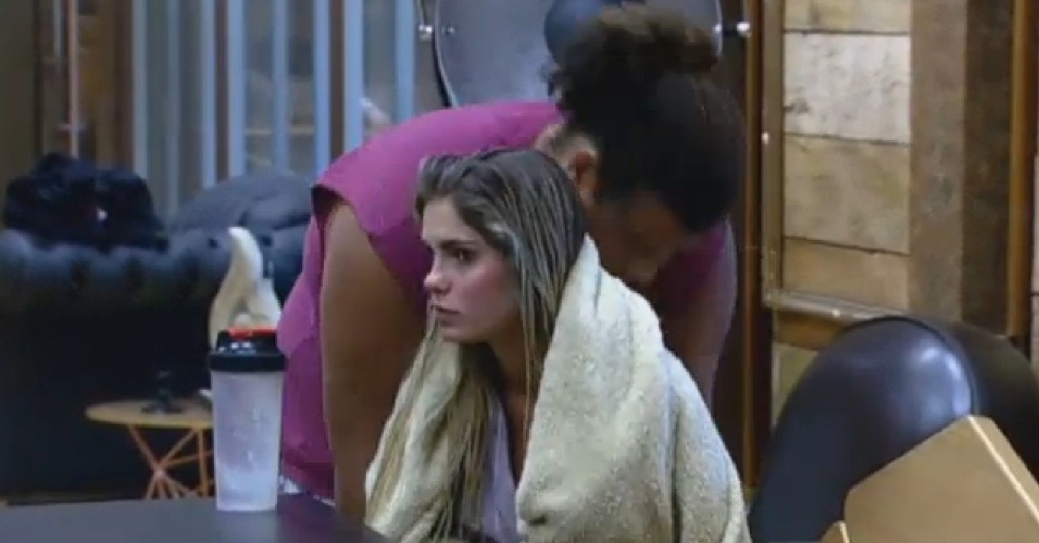 18.set.2013 - Gominho faz carinho em Bárbara Evans na manhã desta quarta-feira