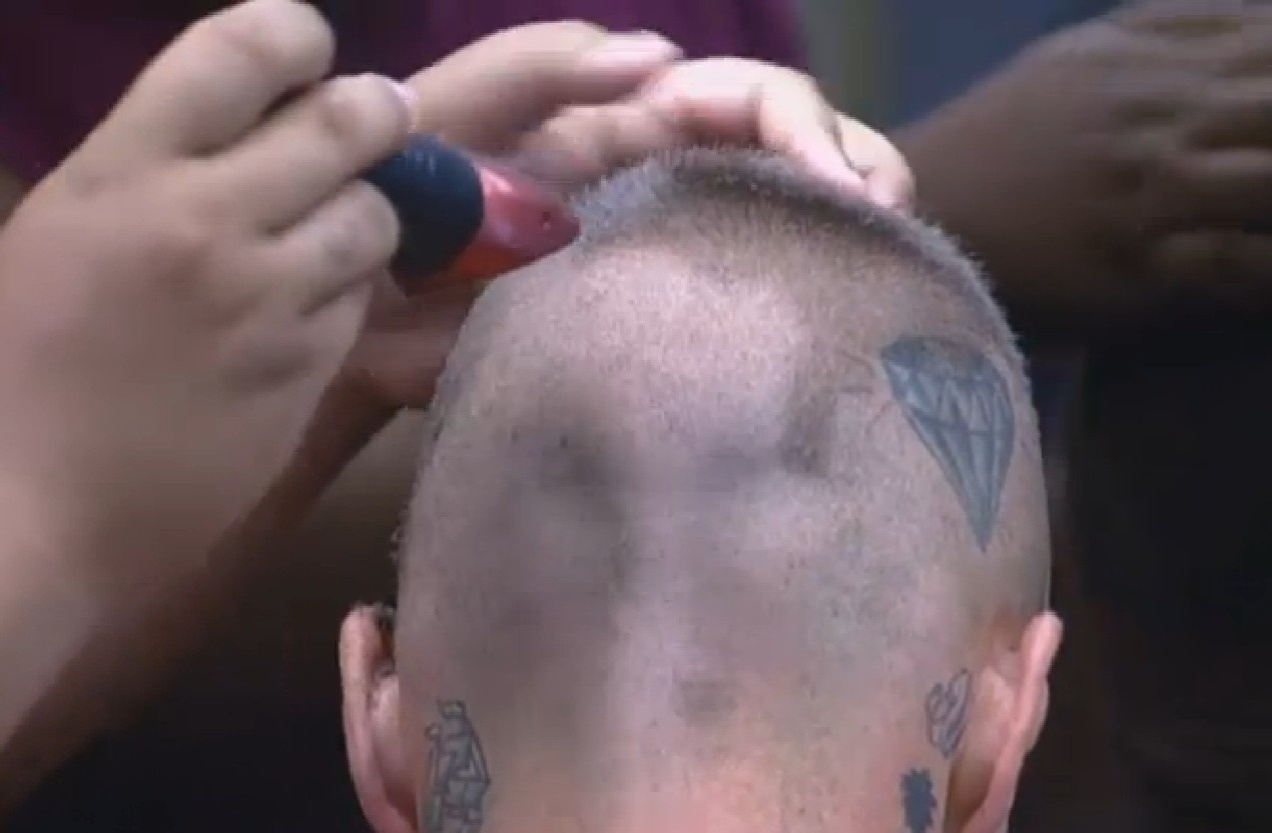 18.set.2013 - Gominho tenta corta cabelo de Mateus, mas erra penteado