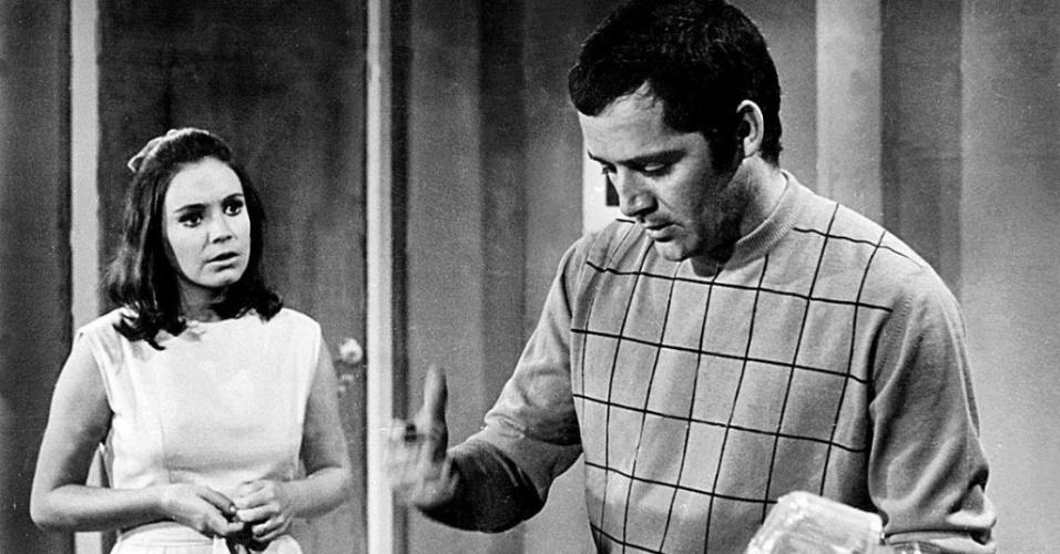 """1970 - Regina Duarte e Cláudio Marzo em cena da novela """"Irmãos Coragem"""", da Globo"""