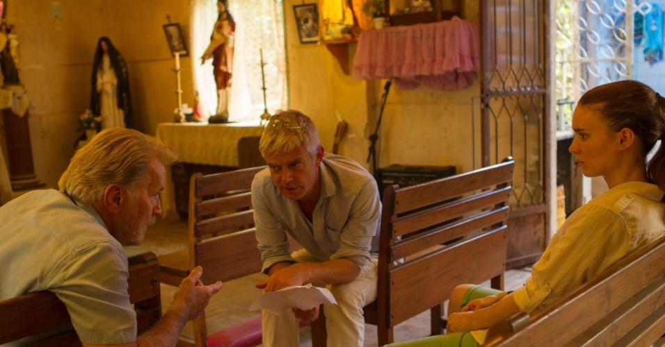 """Diretor Stephen Daldry conversa com Martin Sheen e Rooney Mara no set de filmagem de """"Trash"""", ambientado no Brasil e quase todo falado em português. """"Trash"""" é adaptado do livro de Andy Mulligan e roteirizado por Richard Curtis (que fez """"Cavalo de Guerra"""", """"Quatro Casamentos e Um Funeral"""" e """"Um Lugar Chamado Notting Hill""""). O longa é um thriller contemporâneo que acompanha três meninos, Raphael, Gardo e Rato, que vivem num lixão"""