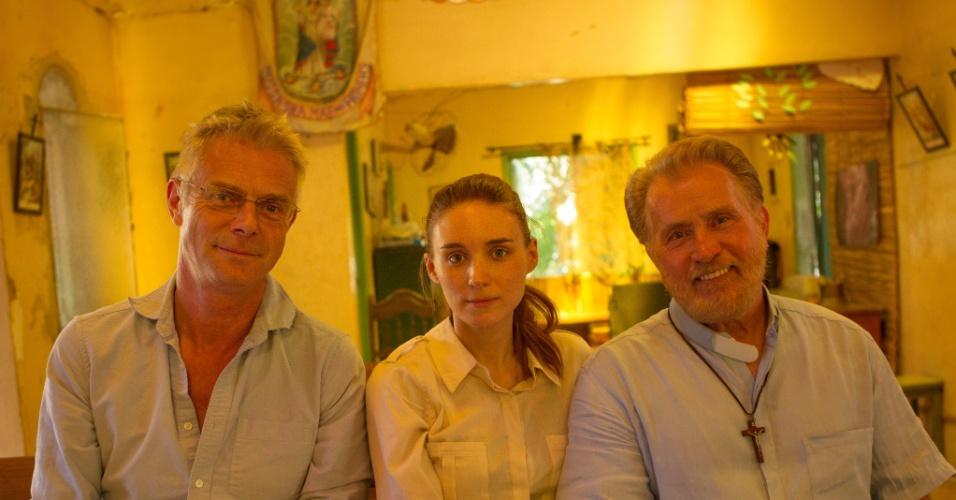 """O diretor Stephen Daldry posa ao lado de Rooney Mara e Martin Sheen durante as filmagens de """"Trash"""" no Rio de Janeiro"""