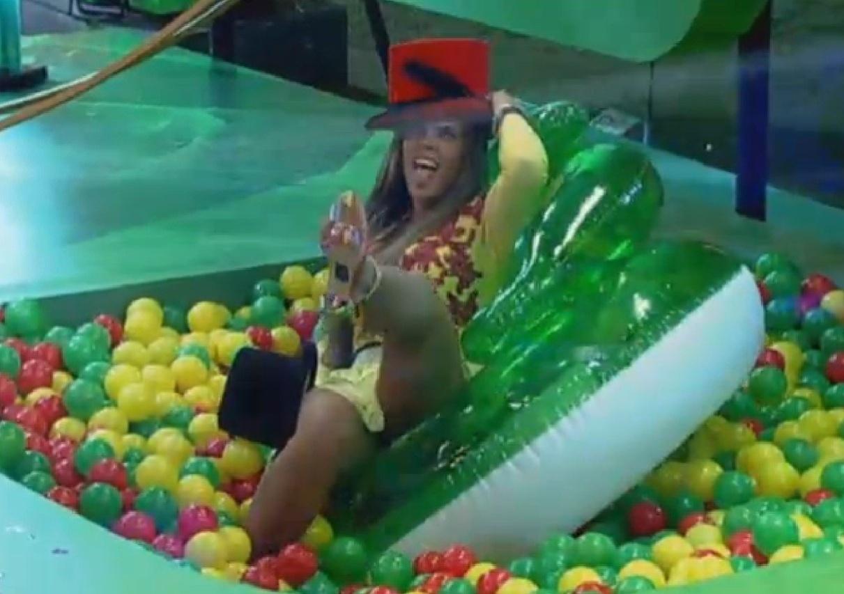 17.set.2013 - Denise Rocha se esbaldou na piscina de bolas