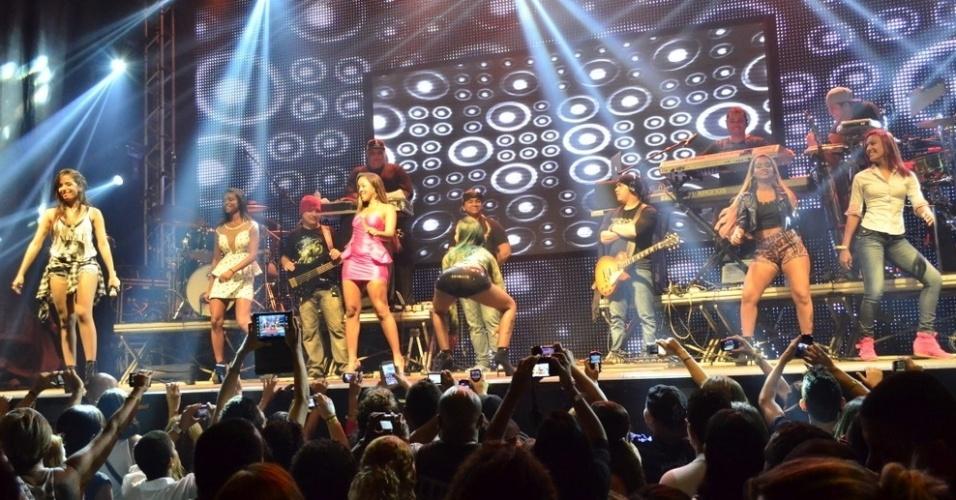 """18.set.2013 - A cantora Anitta que soube que as meninas do Bonde das Maravilhas estavam na casa onde se apresentava - no West Show, em Campo Grande, zona oeste do Rio - e pediu que sua produção convidasse as meninas fizessem uma participação em seu show. No camarim, as meninas contaram a Anitta que querem gravar os programas """"TV Xuxa"""" e """"Esquenta"""", para fazerem juntas o """"Quadradinho de Oito"""" e o novo """"Quadradinho de Borboleta""""."""
