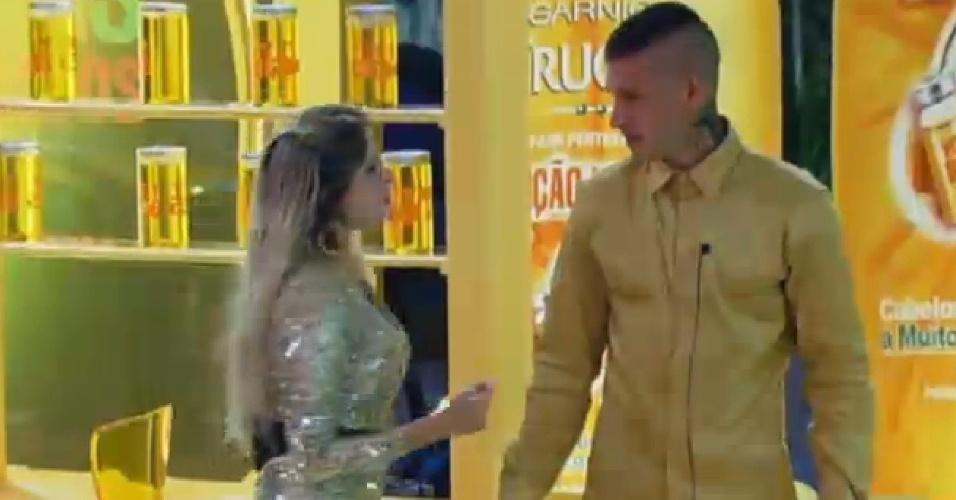 18.set.2013 - Bárbara disse para Mateus que Denise está se aproximando dele demais