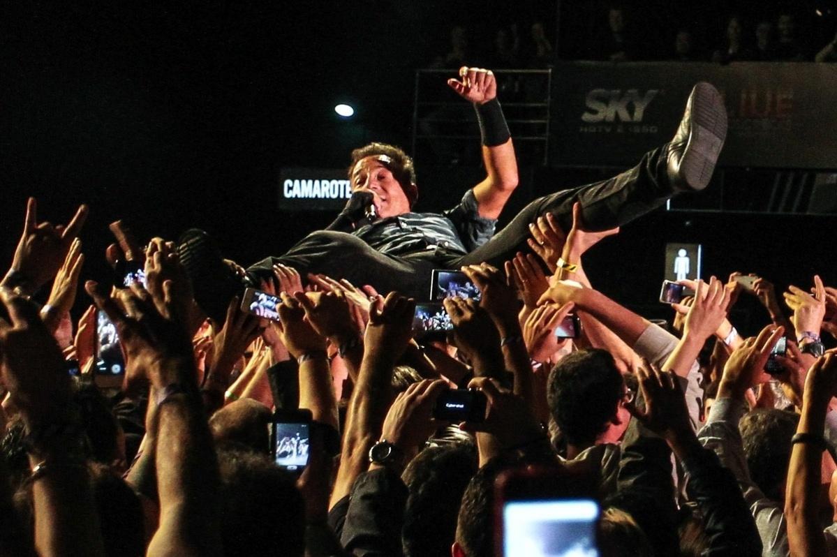 18.set.2013 - Cantor americano Bruce Springsteen é carregado pelo público em show no Espaço das Américas, em São Paulo; ele se apresenta no Rock in Rio no próximo sábado (21)