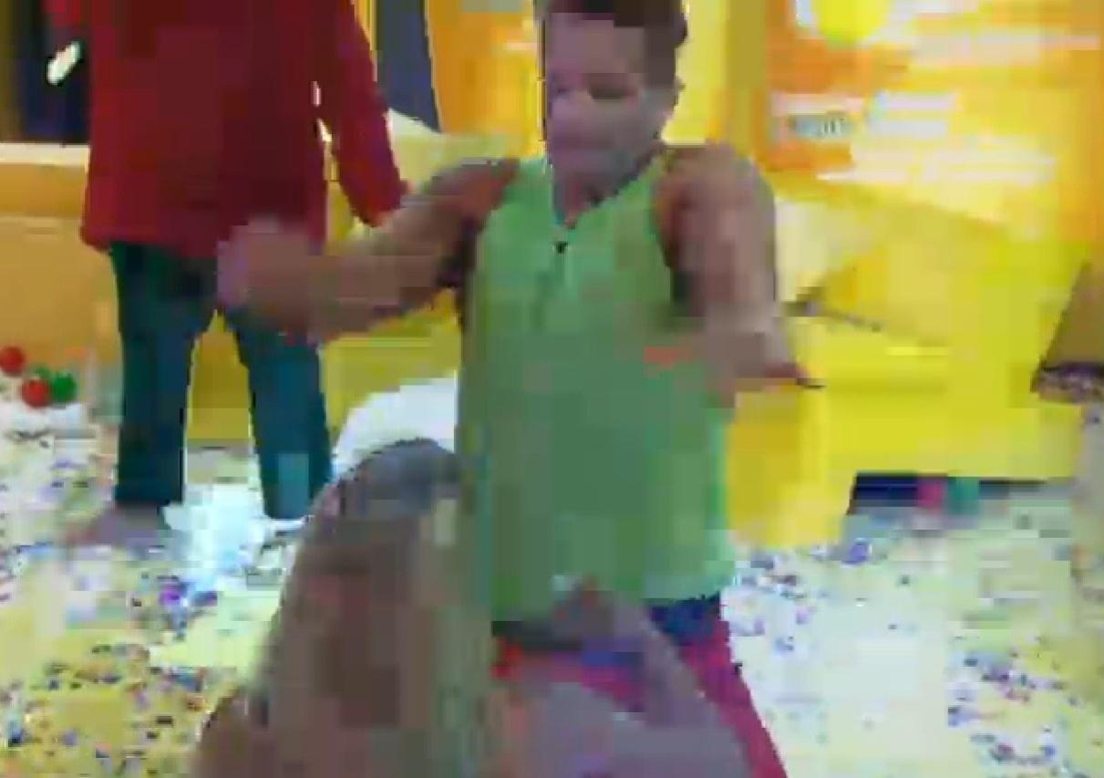 18.set.2013 - Marcos Oliver simulou strip tease para Mulher Filé