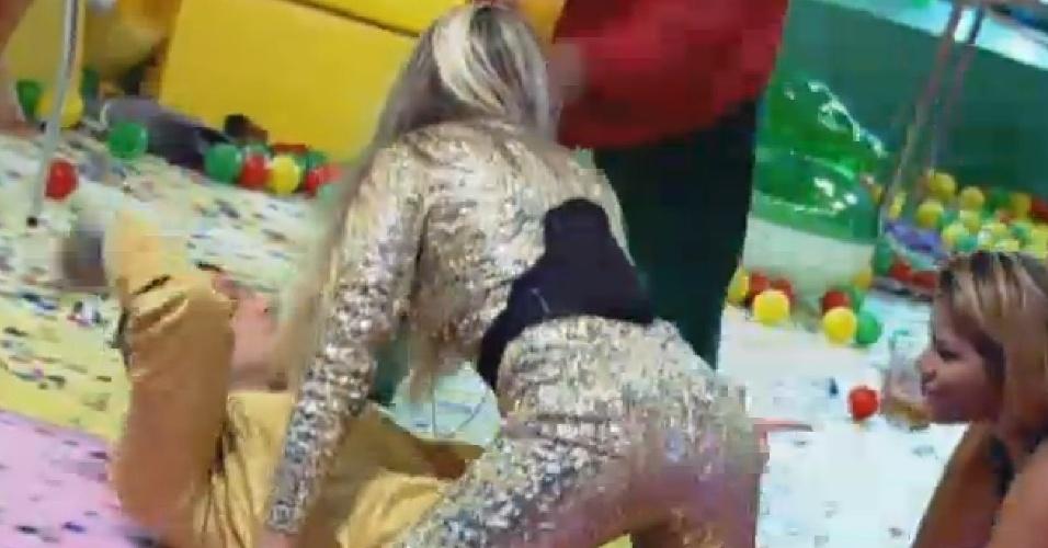 18.set.2013 - Mateus e Bárbara protagonizaram dança sensual em festa
