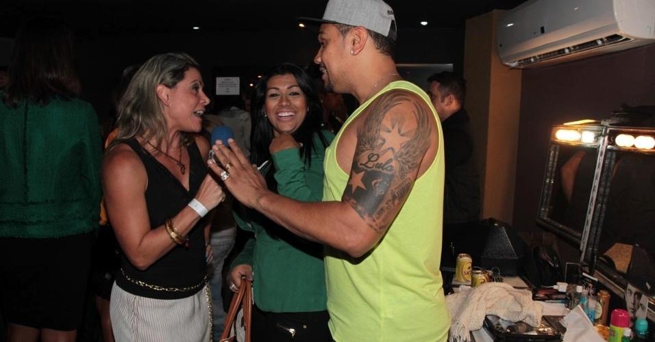 18.set.2013 - Naldo e Mulher Moranguinho dão entrevista nos bastidores do show de Zezé Di Camargo e Luciano, no Villa Mix em São Paulo