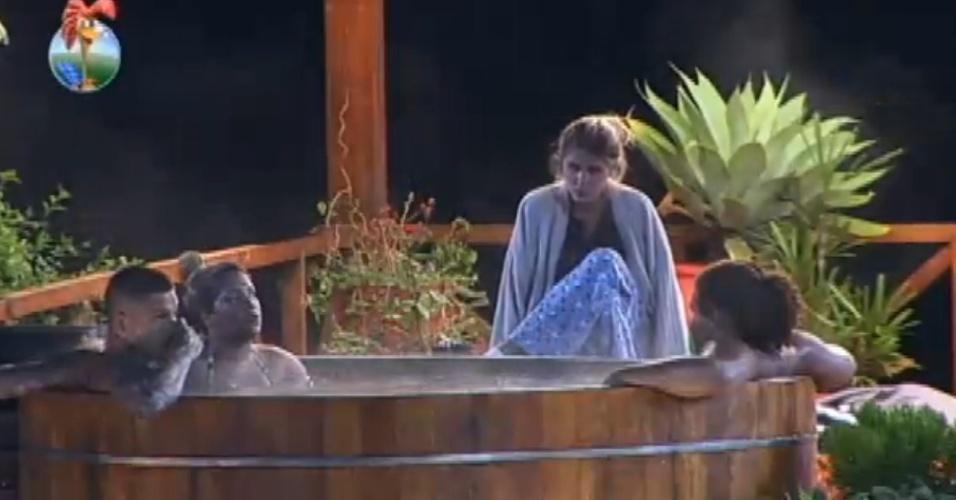 18.set.2013 - No ofurô, peões voltam a falar de Andressa Urach