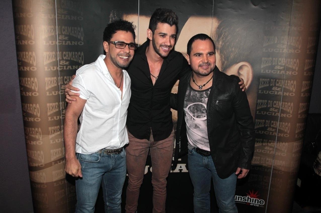 18.set.2013 - Zezé Di Camargo e Luciano posam juntos com Gusttavo Lima (ao centro) antes de apresentarem o show