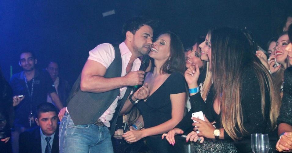 18.set.2013 - Zezé Di Camargo ganha beijo de fã durante o show