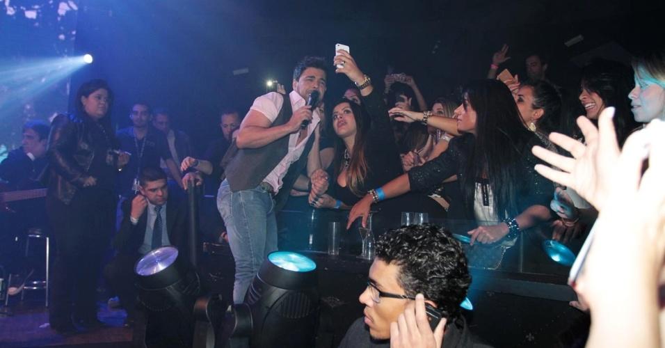 18.set.2013 - Zezé Di Camargo posa para fotos com as fãs durante show no Villa Mix, em São Paulo
