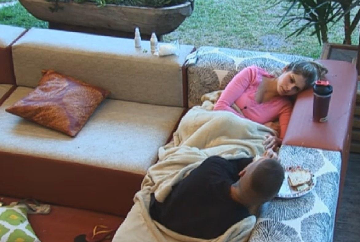 19.set.2013 - Bárbara Evans e Mateus Verdelho tomaram café na varanda da sede