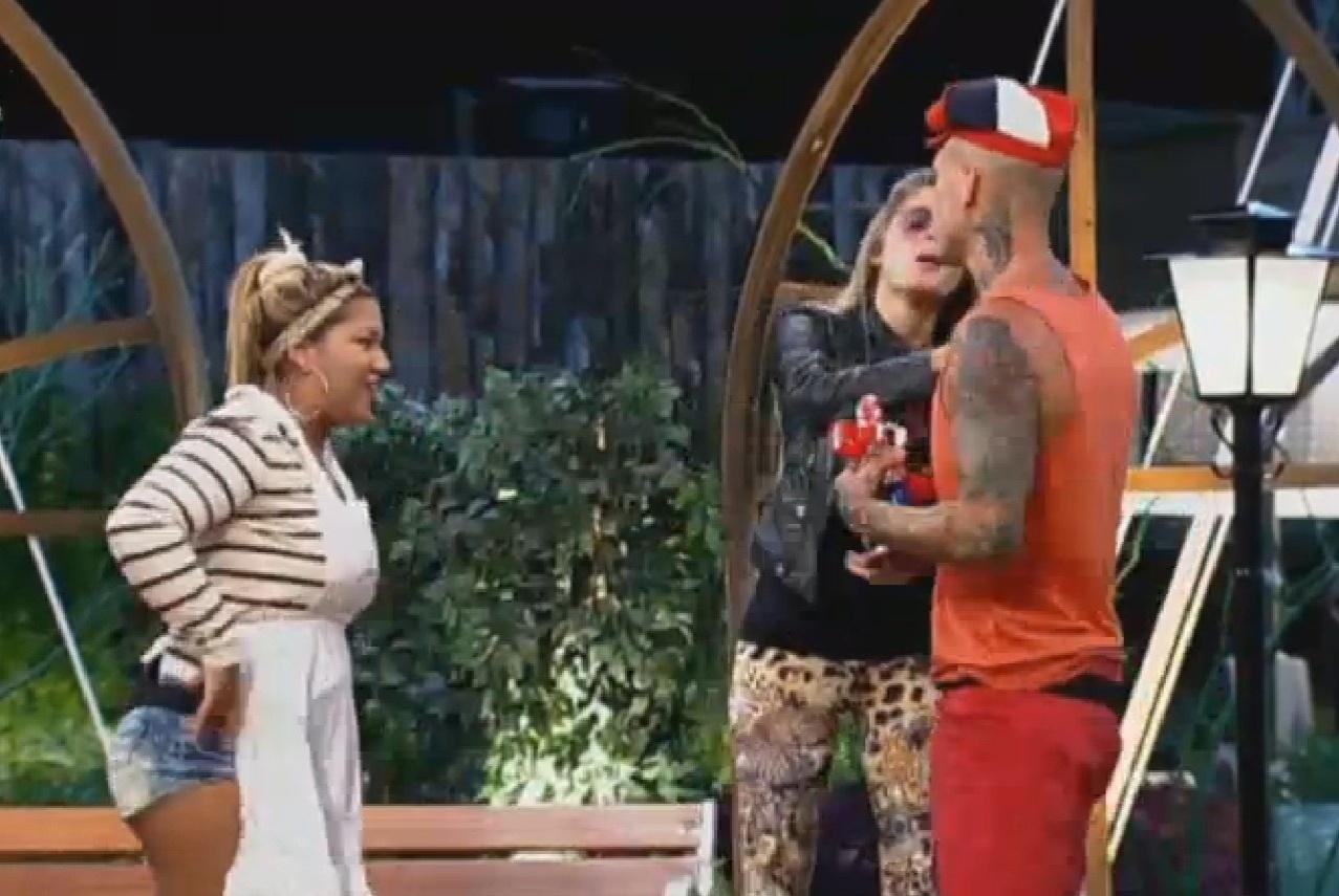 19.set.2013 - Bárbara Evans vira mãe de Mateus durante peça de teatro