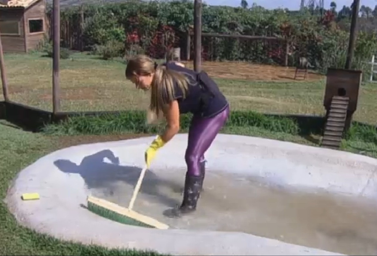 19.set.2013 - Denise Rocha lavando o lago das aves