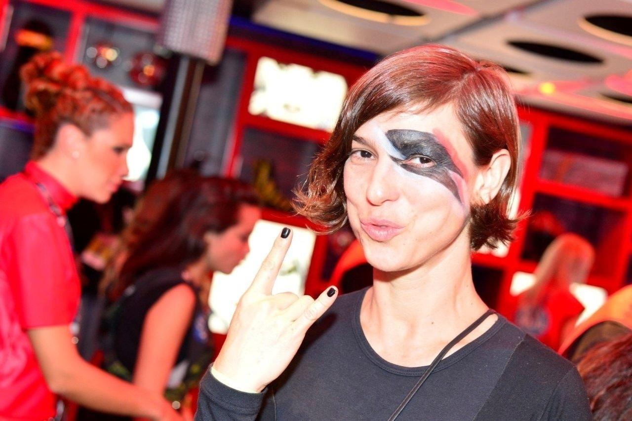 19.set.2013 - Maria Paula experimenta uma maquiagem no estilo de David Bowie em um camarote do Rock in Rio
