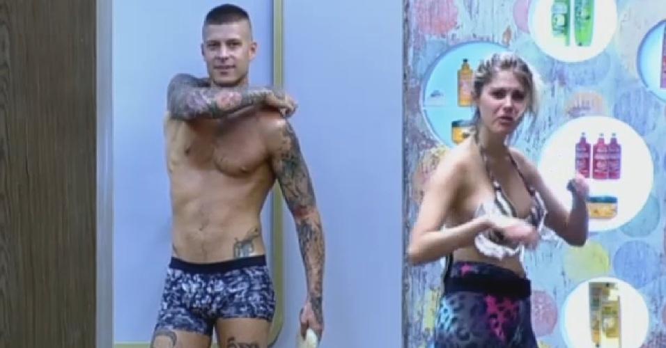 19.set.2013 - Mateus e Bárbara dividindo o banheiro