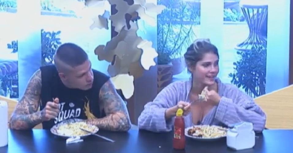 19.set.2013 - Mateus Verdelho e Bárbara Evans almoçando juntos