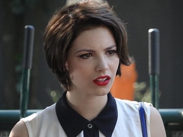 19.set.2013 - Micaela (Lais Pinho) desiste da missão das MICAs quando descobre que Martin (Hugo Bonemer) é o cara que a atropelou