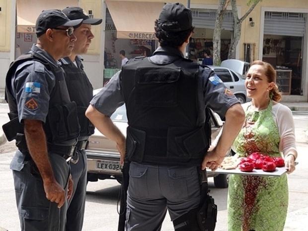 19.set.2013 - Vera (Isabela Garcia) é pega com as mãos e avental sujos de um líquido vermelho