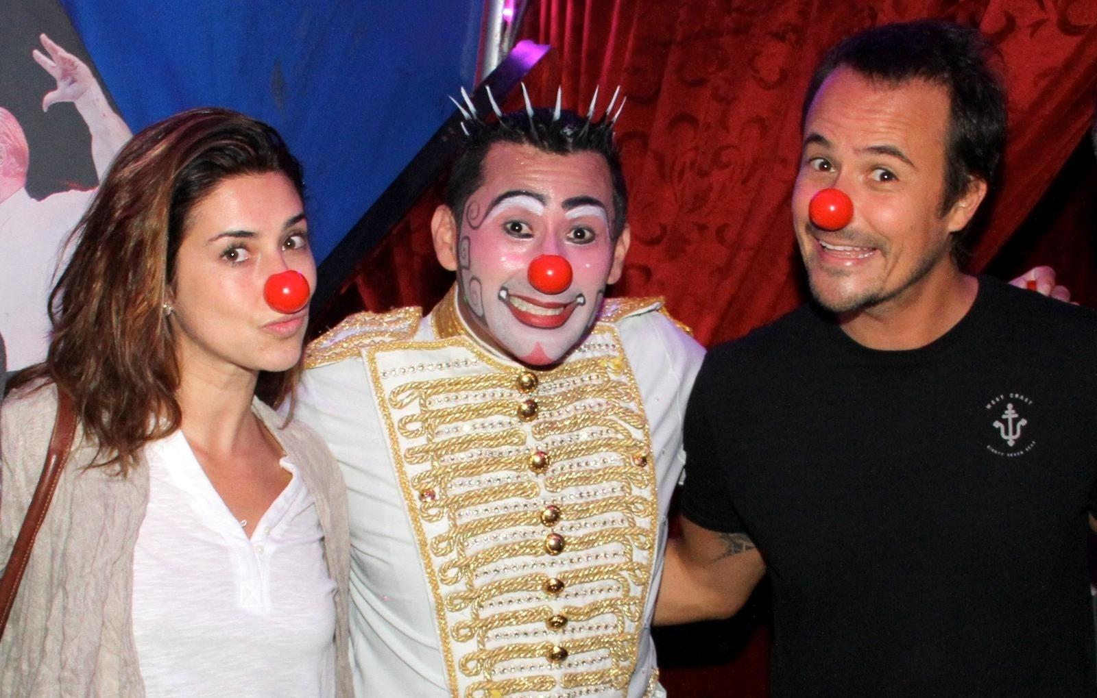 18.set.2013 - Com nariz de palhaço, Fernanda Paes Leme e Paulinho Vilhena posam com o palhaço Henry