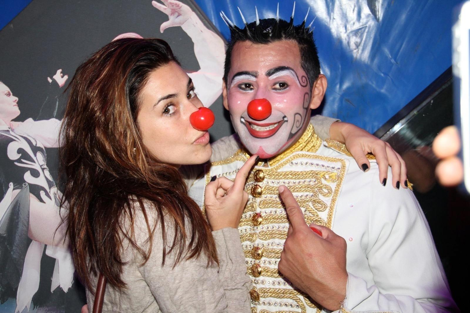 18.set.2013 - Com nariz de palhaço, Fernanda Paes Leme posa com o palhaço Henry