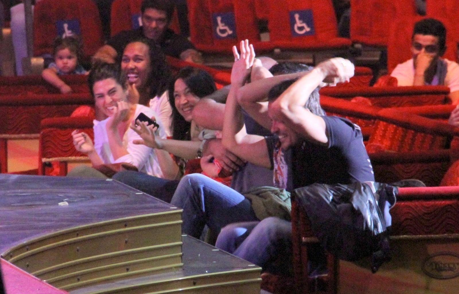18.set.2013 - Fernanda Paes Leme, Paulinho Vilhena e amigos fazem uma guerra de macarrão com o palhaço Henry durante apresentação do circo Tihany, na Barra da Tijuca, no Rio