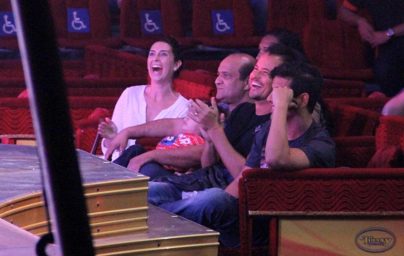 18.set.2013 - Fernanda Paes Leme, Paulinho Vilhena e amigos se divertem durante apresentação do circo Tihany, na Barra da Tijuca, no Rioc