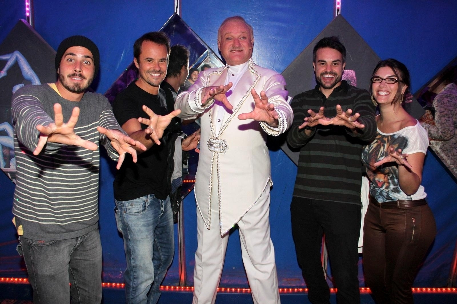 18.set.2013 - Paulo Vilhena, Marcio Kieling e amigos posam com o ilusionista Richard Massone do circo Tihany, na Barra da Tijuca, no Rio