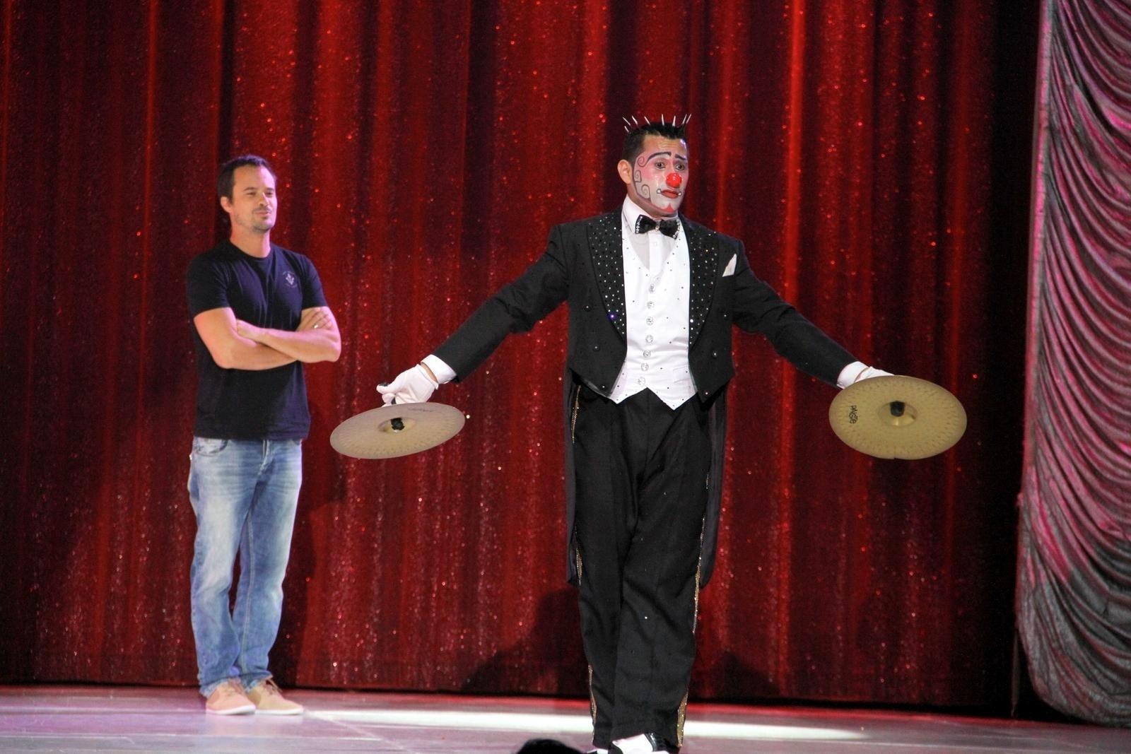 18.set.2013 - Paulo Vilhena participa de apresentação do circo Tihany, na Barra da Tijuca, no Rio