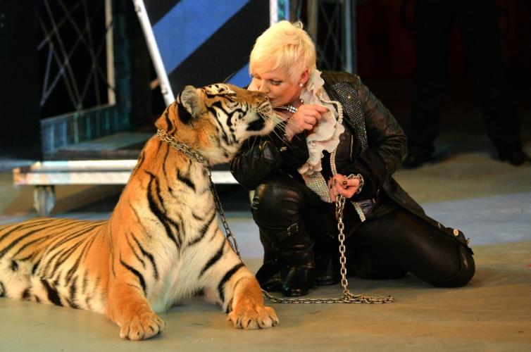 """19.set.2013 - Adestradora beija um tigre durante apresentação do novo show do Circo Nacional da Ucrânia, """"Caravana das Maravilhas"""""""