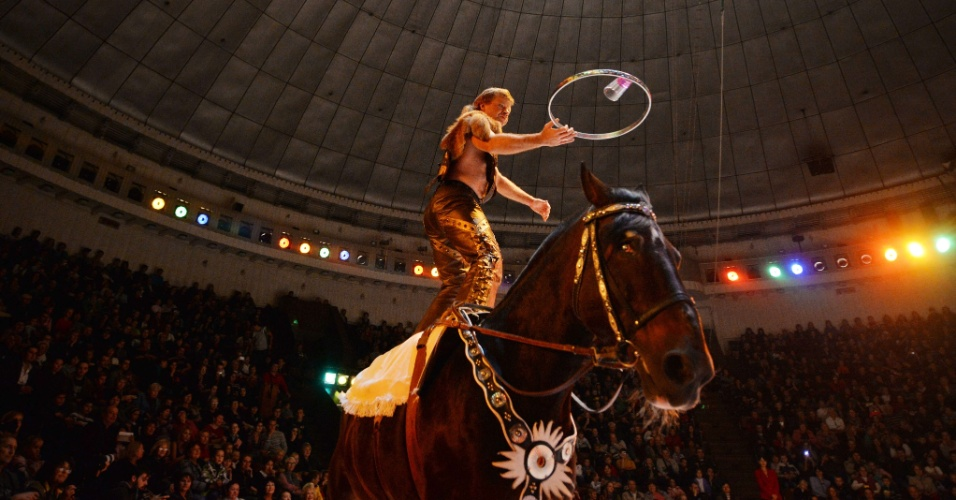 """19.set.2013 - Artista faz malabarismos em cima de um cavalo durante a apresentação do novo show do Circo Nacional da Ucrânia, """"Caravana das Maravilhas"""""""