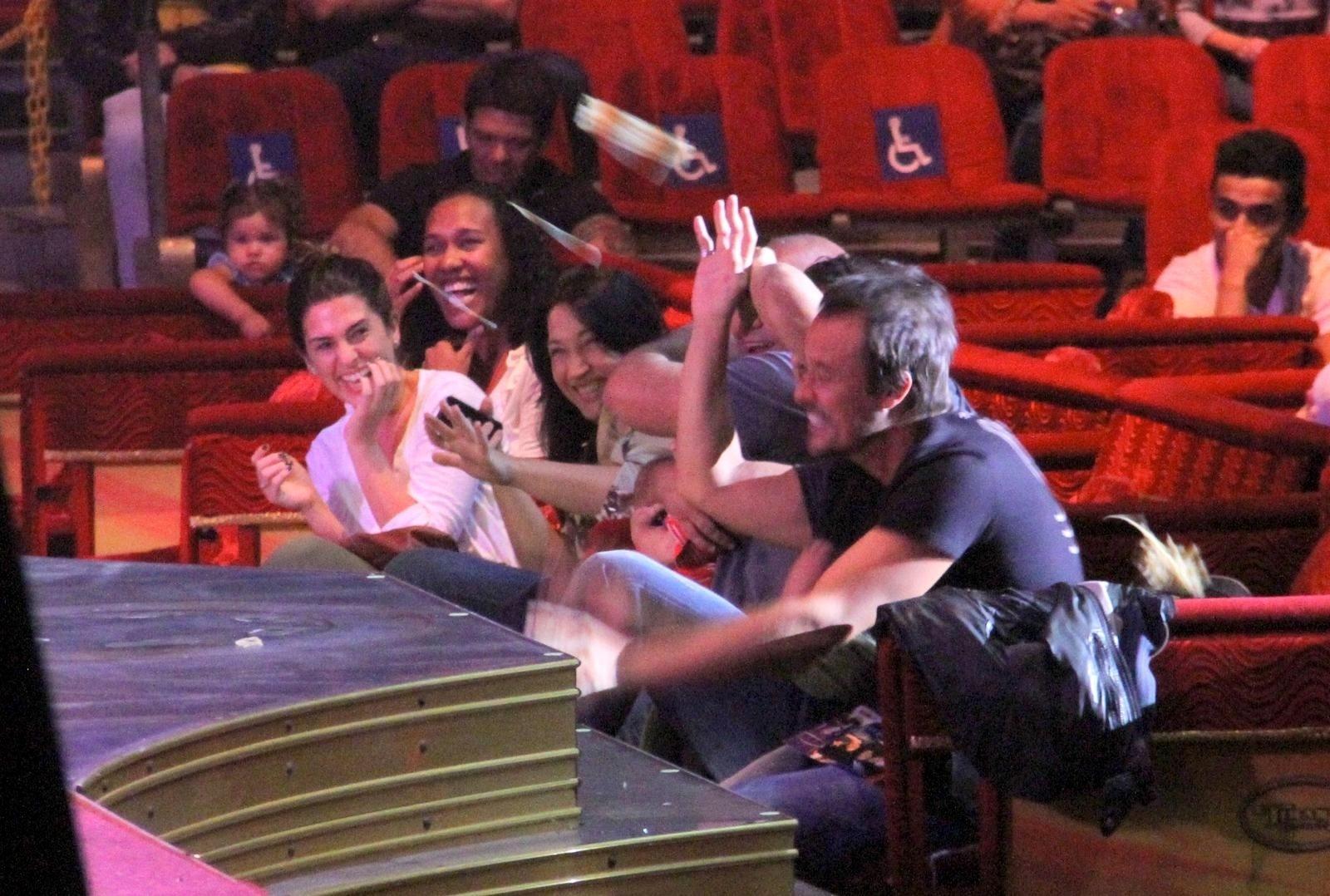 19.set.2013 - Fernanda Paes Leme, Paulinho Vilhena e amigos se divertem durante apresentação do circo Tihany, na Barra da Tijuca, no Rio