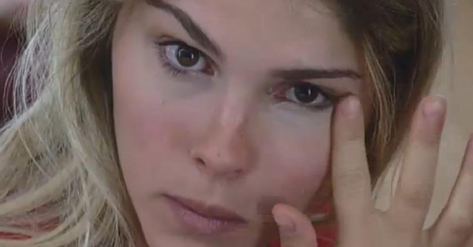 20.set.2013 - Bárbara aplica maquiagem antes de participar de atividade na tarde desta sexta-feira