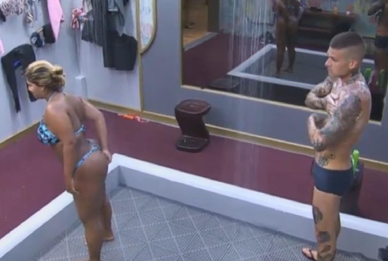 20.set.2013 - Mulher Filé e Mateus Verdelho tomando banho